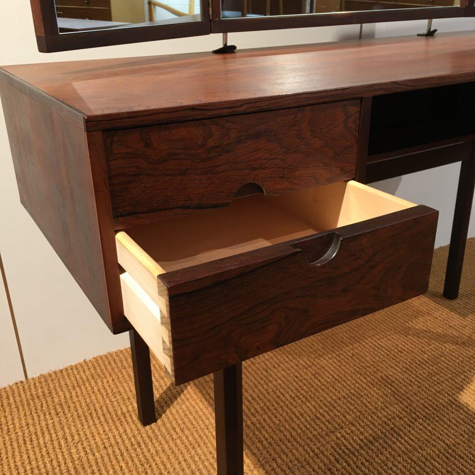 テーブル「ドレッサーテーブル」